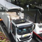 Un camión  dañado sin techo al chocar contra la viga de un panel de radar en Orleans