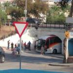 Un autobús, atrapado bajo el túnel de la avenida Murtal de Benidorm