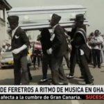 Un conductor de coches fúnebres traslada los féretros al ritmo de la música