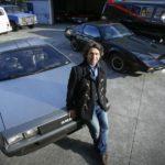 Un DeLorean y el coche fantástico en el párking