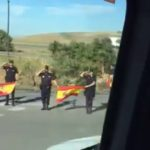 La Policía Nacional se cuadra ante los conductores de un convoy  militar