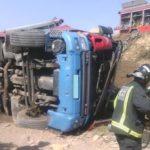 Los bomberos rescatan a un camionero de 47 años tras volcar su vehículo en Agüaderas