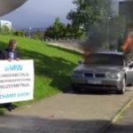 EL CLIENTE MÁS FURIOSO DE BMW QUEMA SU SERIE 7 DELANTE DEL MUSEO