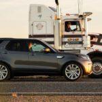 Cinco actitudes de los automovilistas que crispan a los camioneros y les ponen en peligro (y les hacen perder dinero)