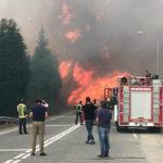Al menos tres personas murieron en una ola de incendios provocados en Galicia
