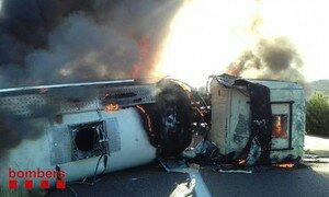 Cortada la AP-7 en Freginals por el incendio de un camión
