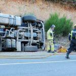 Muere un camionero al salirse de la vía y volcar su vehículo en la A-5