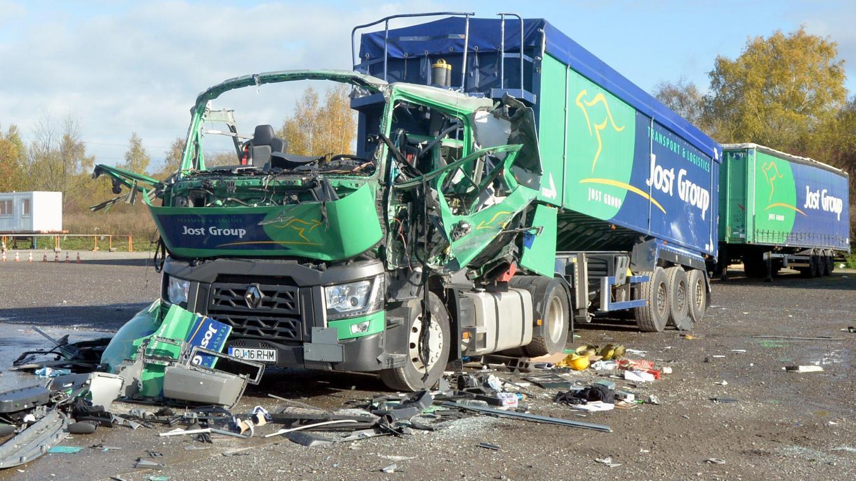 Herido de gravedad al explotar la cabina del camión donde descansaba