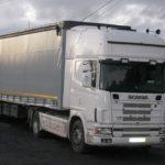 El camión averiado en A Baña permanece inmovilizado porque su dueño no quiere repararlo
