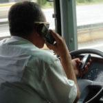 La DGT subirá a  4 y 6 puntos la sanción por chatear con móvil al volante