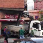 Un camión-grúa se empotra contra un bar en Basauri – Vídeo