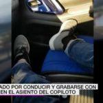Investigado por conducir y grabarse con los pies en el asiento del copiloto