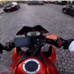 Espectacular persecución de un motero Papa Noel a un coche que había atropellado a un peatón