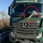 Un camionero al borde de la muerte después que una barra de hierro perfore el parabrisas
