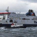 Un ferri con 74 camiones y 300 pasajeros encalla junto al puerto de Calais a causa del temporal
