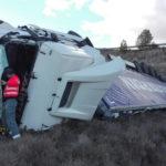 Un camión arrolla a una furgoneta de mantenimiento en la A-12, en Sansol