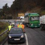 Un camión dirección León pierde su carga de carbón y provoca un choque múltiple en la A-66