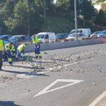 Un camión pierde la carga de piedras y obliga a cortar parte de la avenida Valle Inclán