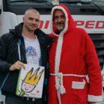 Un Santa Claus motero, alegra la navidad a los camioneros atrapados por las restricciones en Alemania