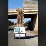 Pillan una Citroen Berlingo con 18 palés en el techo – Vídeo