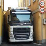 Un camión español, atrapado en una calle estrecha en Galbiate