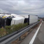 Fallece un conductor de Primafrio al volcar su camión en la AP-7 en Ulldecona