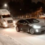 Un Tesla Model X saca a un camión diésel de un aprieto remolcándolo varios metros por la nieve