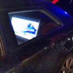 Un conductor es sorprendido viendo una televisión de 32 pulgadas mientras conducía