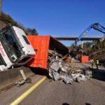 La DGT avisa de congestión en cuatro kilómetros de la A-55 debido a la pérdida de carga de un camión en Mos