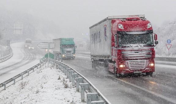 El temporal golpea España: tres rescatados, desalojos, problemas en trenes y pistas de esquí…
