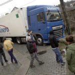 Un feriante saca de apuros a un camionero de Molinero atascado en Deán Pequeno