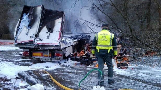El camión donde que murió carbonizado su conductor en la N121, llevaba las ruedas delanteras en llamas.