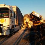 Un camionero herido atrapado en el choque entre dos camiones en la A-231