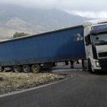 Un camión atascado corta la carretera de la Rivera de Gaidóvar CA-9123