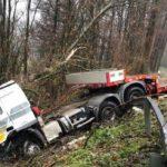 Aparatoso accidente de un camión en Amaiur a causa de unas ramas en la calzada