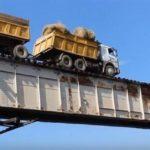 Ver a este camión cruzar por un estrecho puente sin quita-miedos va a hacer que se aceleren tus pulsaciones