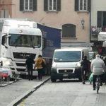 Un camionero del este, se mete al mercado con un tráiler por culpa del GPS