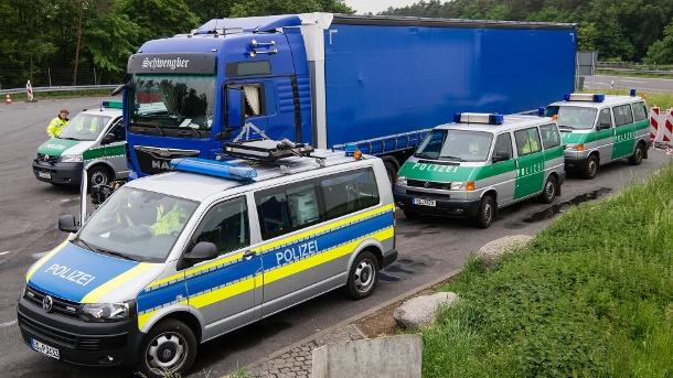 polizei bei einer lkw kontrolle griechischer lkw fahrer war nahezu pausenlos unterwegs