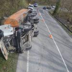 Herido el conductor de un camión al volcar en Galdames
