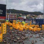 Un camión de Estrella Galicia pierde parte de su carga en la rotonda de Sabón
