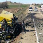 Mueren el conductor de un camión de Correos y una furgoneta en una brutal colisión en la N601