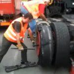 Un camionero herido al explotar la rueda que intentaba cambiar en la AP9
