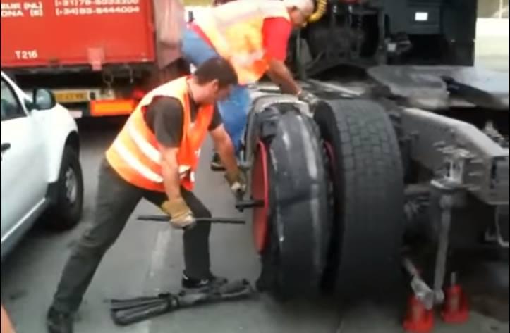 Explota una rueda de camión - Foto de archivo Youtube