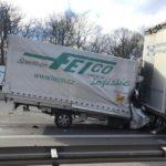 Un conductor sobrevive al incrustarse más de 2 metros bajo el remolque