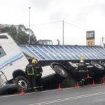 La gripe de un conductor acaba con un camión en la cuneta en Guísamo