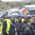 Los Mossos desalojan a golpes a decenas de independentistas que cortan la AP-7 en Figueres