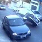 VÍDEO: ¿Se puede ser más torpe? Mira como la lía este conductor