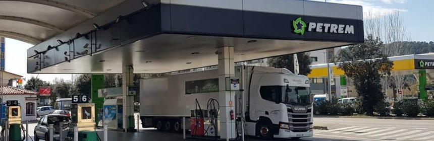 Camión repostando en Estación de servicio Petrem Sarriá de Ter