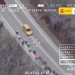La DGT dice que puedes pisar la continua si adelantas a un grupo de ciclistas
