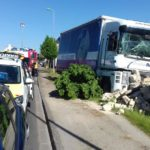 Un camionero que debería estar jubilado con 67 años muere al chocar contra un muro